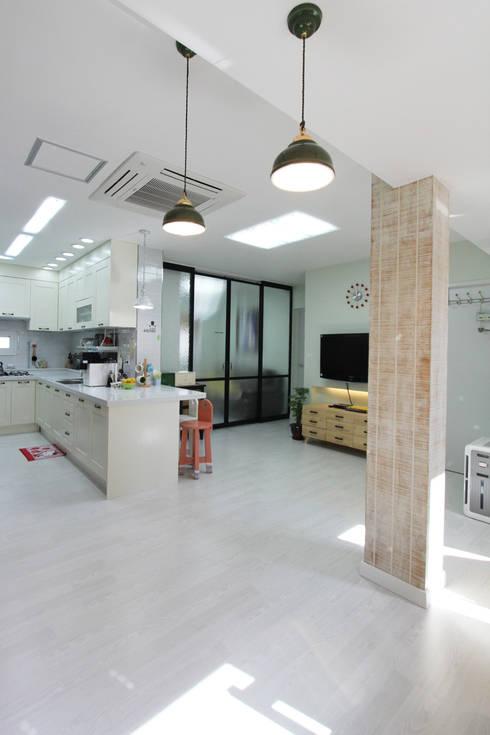 진해 여좌동 주택 인테리어 : 핸디디자인 의  거실
