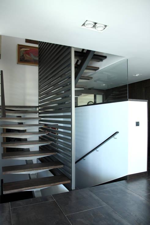 DO Alella House: Pasillos y vestíbulos de estilo  de EAIM Estudio de Arquitectura e Ingenieria Mirtolini