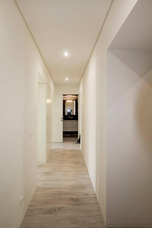 Circulação: Corredores e halls de entrada  por Landmark Arquitectos