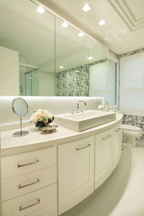 CASA NPW: Banheiros modernos por BTarquitetura