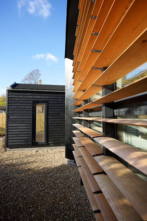 Detail of the front elevation of ​Bourne Lane eco-house in Kent: modern Houses by Nash Baker Architects Ltd