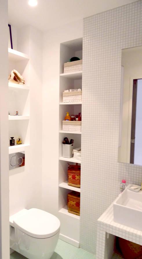 optimisation petite salle de bain: Salle de bains de style  par Agence KP