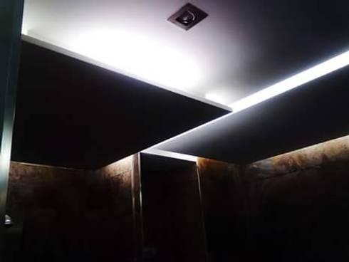Aseo Principal. Techos: Baños de estilo minimalista de IC & AIR ·Arquitectura ·Interiorismo ·Reformas