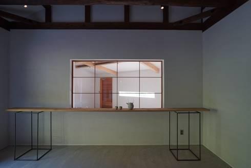 陶芸家と料理家のいえ(gallery SARAYAMA): 一級建築士事務所たかせaoが手掛けた窓です。
