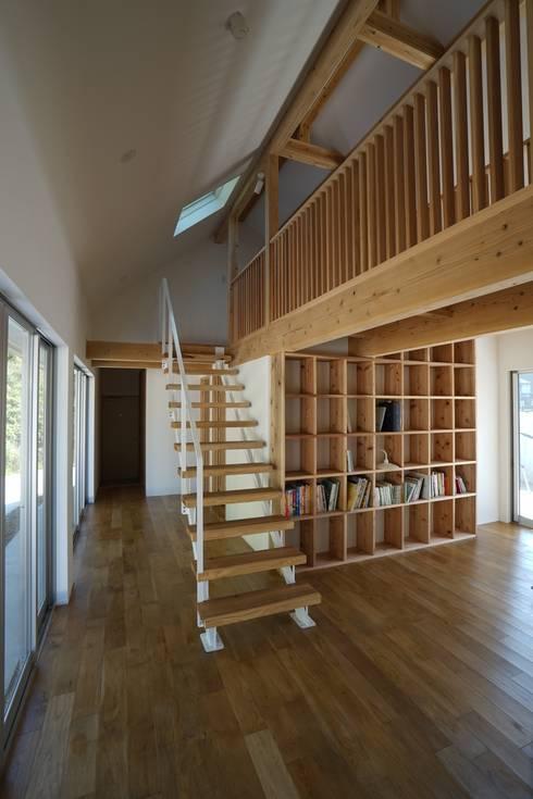 陶芸家と料理家のいえ(gallery SARAYAMA): 一級建築士事務所たかせaoが手掛けた玄関・廊下・階段です。
