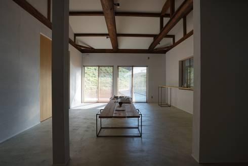 陶芸家と料理家のいえ(gallery SARAYAMA): 一級建築士事務所たかせaoが手掛けた和室です。
