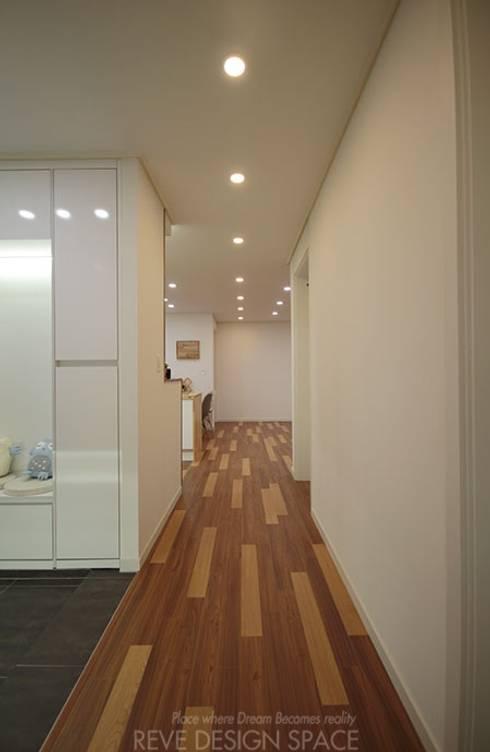 동탄아파트인테리어 능동 푸른마을두산위브 33평 인테리어: 디자인스튜디오 레브의  복도 & 현관