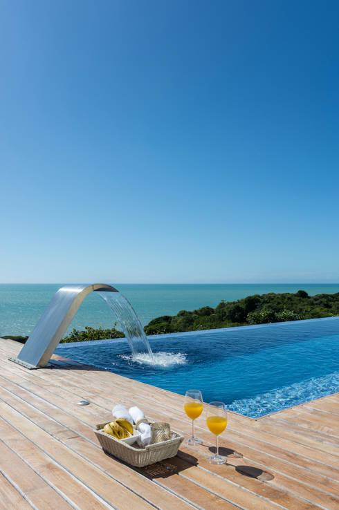Piscina in stile in stile Tropicale di Renata Matos Arquitetura & Business