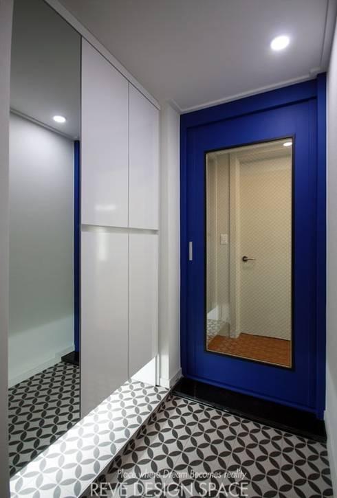 동탄아파트인테리어 시범다은마을 월드메르디앙 24평 인테리어: 디자인스튜디오 레브의  복도 & 현관