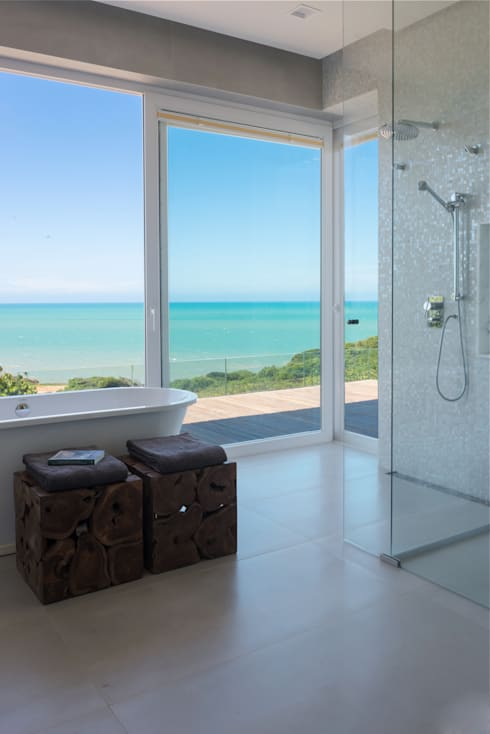 Bagno in stile in stile Tropicale di Renata Matos Arquitetura & Business