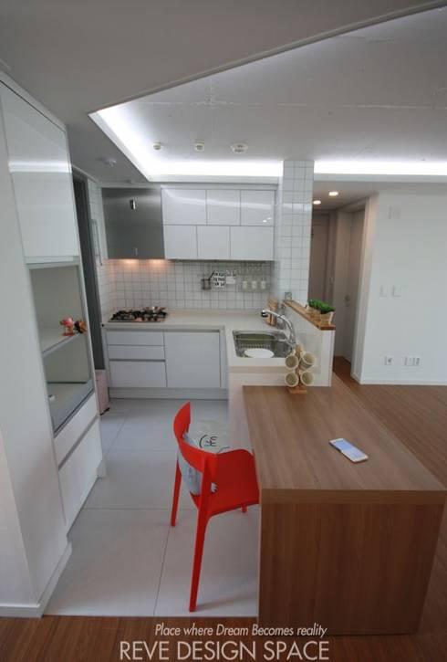 동탄아파트인테리어 시범다은마을 월드메르디앙 24평 인테리어: 디자인스튜디오 레브의  주방