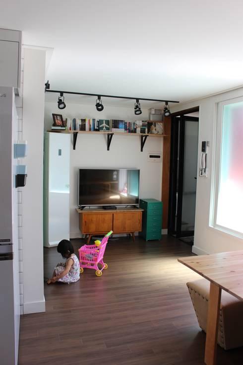 답십리 주택: atelier mandlda의  거실