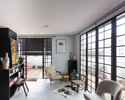 JA01   Cobertura: Salas de estar modernas por Kali Arquitetura