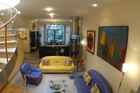 CASA LAURELES: Salas de estilo moderno por Diseño Integral En Madera S.A de C.V.