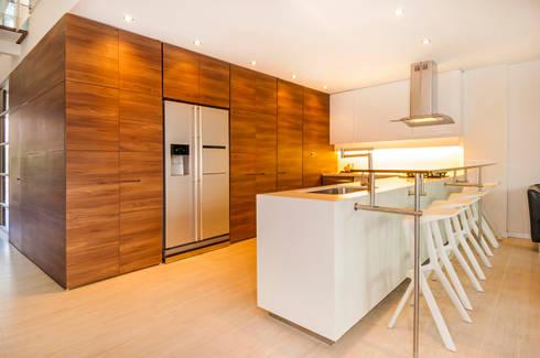 Casa Palmeral: Cocinas de estilo moderno por FR ARQUITECTURA S.A.S.