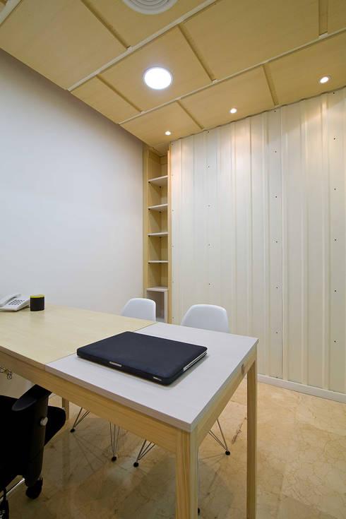 oficina 305:  de estilo  por minima design & architecture studio