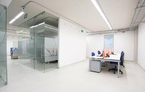 Puestos de Oficina: Estudios y despachos de estilo moderno por Qualittá Arquitectura