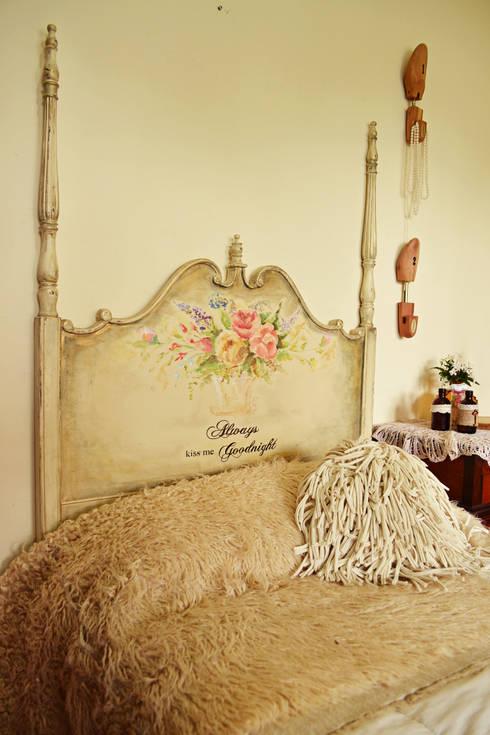 Camas: Dormitorios de estilo clásico por Capítulo Dos