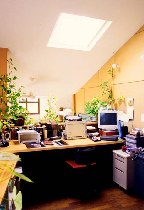 アトリエのある趣味をいかす家: ユミラ建築設計室が手掛けた書斎です。