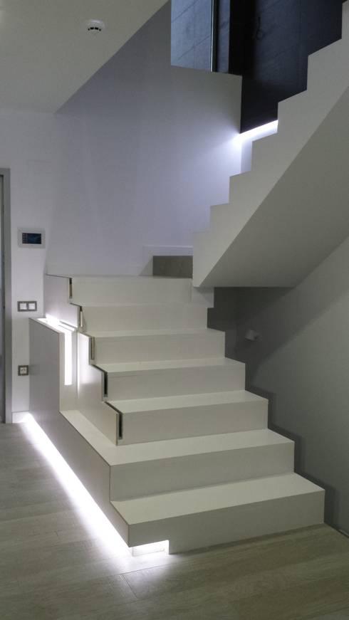 chalet adosado en imaginalia albacete: Pasillos y vestíbulos de estilo  de torradoarquitectura