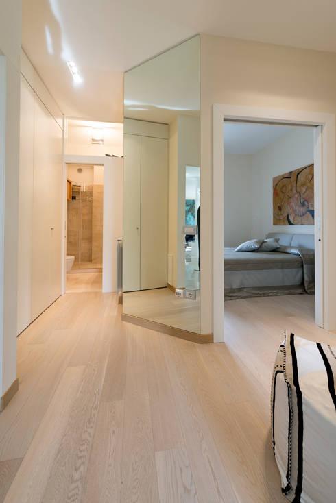 Ristrutturazione di un'abitazione privata, 2011-2012.: Ingresso & Corridoio in stile  di Officina29_ARCHITETTI