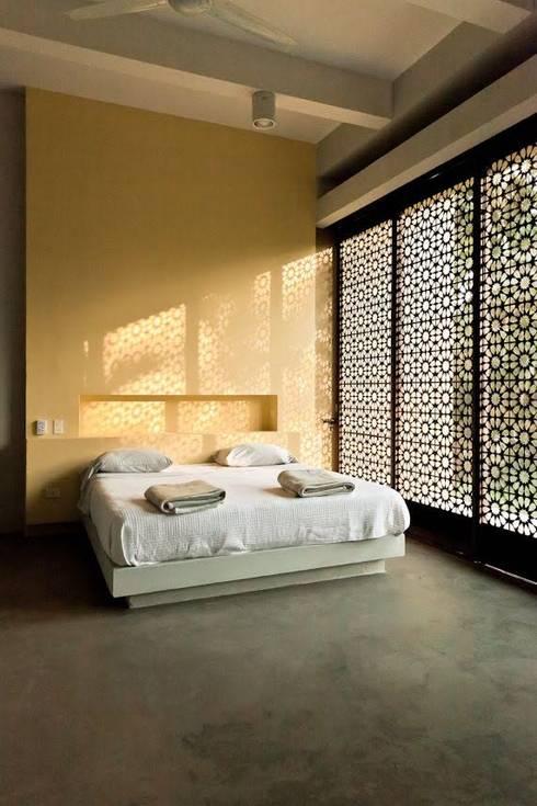 Casa Pombo: Habitaciones de estilo moderno por PLUS Arquitectura y Diseño Ltda.