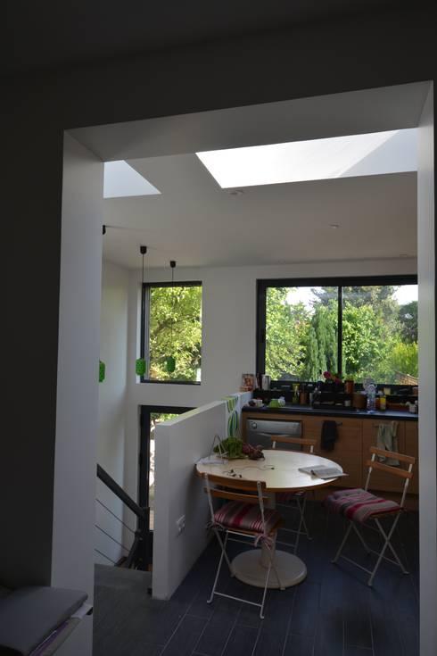 Rénovation et agrandissement d'une maison individuelle: Cuisine de style  par SARA Architecture