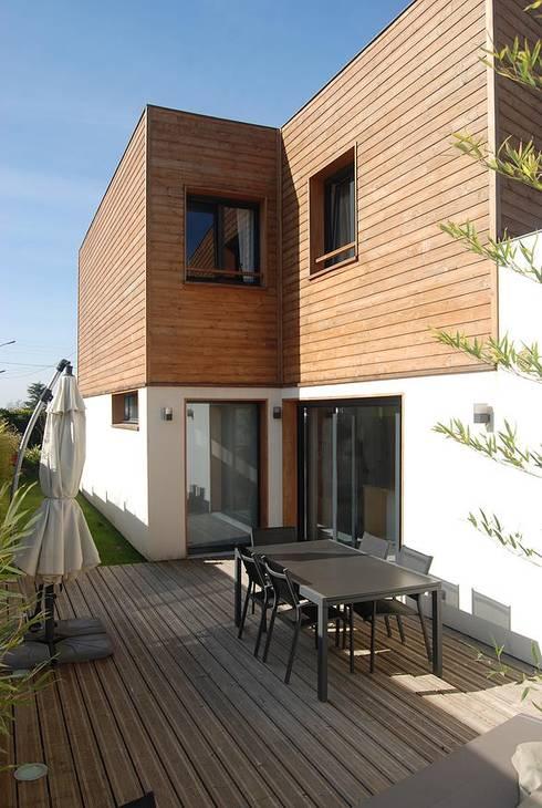 Façade sud et terrasse: Maisons de style  par SARA Architecture