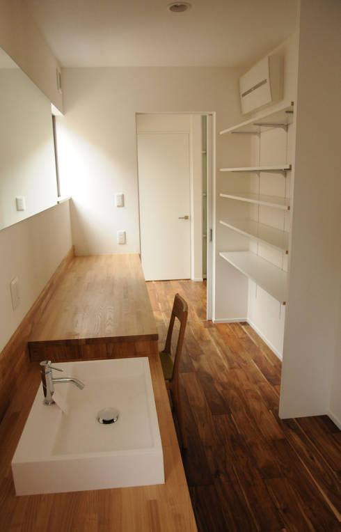 中津O邸 Nakatsu O house: 一級建築士事務所たかせaoが手掛けた浴室です。