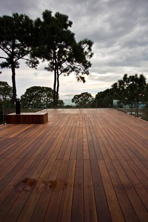 La casa en el bosque: Terrazas de estilo  por EMA Espacio Multicultural de Arquitectura
