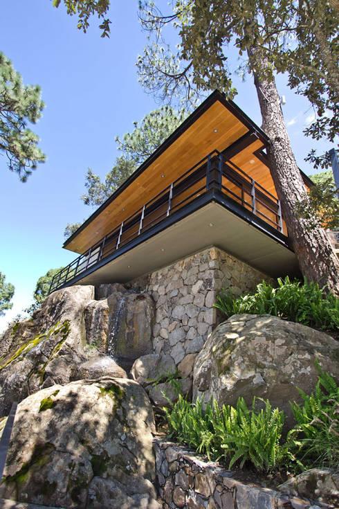Pabellon en el bosque: Casas de estilo moderno por EMA Espacio Multicultural de Arquitectura