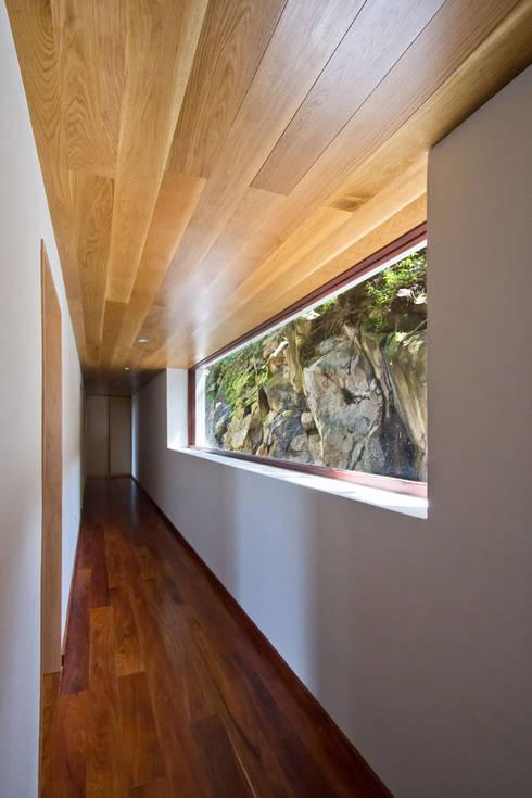 La casa en el bosque: Pasillos y recibidores de estilo  por EMA Espacio Multicultural de Arquitectura