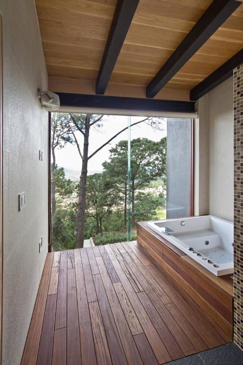 La casa en el bosque: Baños de estilo  por EMA Espacio Multicultural de Arquitectura