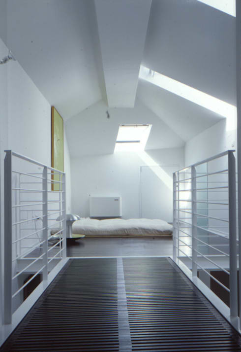 Una mansarda a Mantova: Camera da letto in stile in stile Minimalista di Benedini & Partners