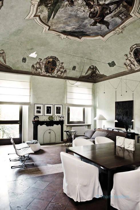 Casa Teresa: Soggiorno in stile in stile Classico di Benedini & Partners