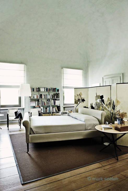 Casa Teresa: Camera da letto in stile  di Benedini & Partners