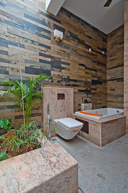Sajeev kumar and family's Residence at Girugambakkam:  Bathroom by  Murali architects