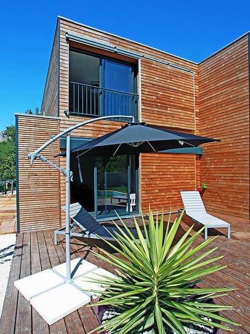 VILLA L.02: Terrasse de style  par TRIBU ARCHITECTES