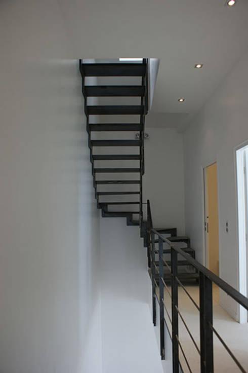 Villa Bre&Cas: Couloir et hall d'entrée de style  par Y architecture