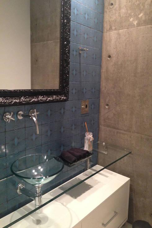 Apartamento do Rock: Banheiros modernos por elen saravalli arquitetura & design