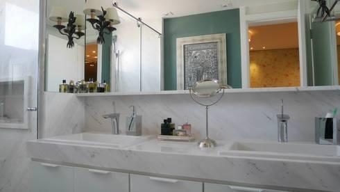 Apartamento Santana 01: Banheiros ecléticos por Priolli Galuppo Arquitetura e Design