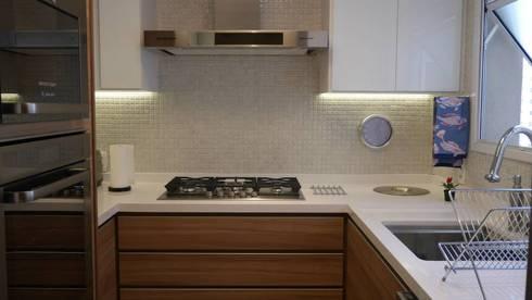 Apartamento Santana 01: Cozinhas ecléticas por Priolli Galuppo Arquitetura e Design