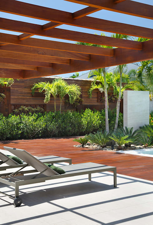 Residência Barra da Tijuca III: Terraços  por Carmen Mouro - Arquitetura de Exteriores e Paisagismo