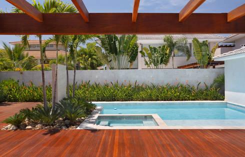 Residência Barra da Tijuca III: Piscinas modernas por Carmen Mouro - Arquitetura de Exteriores e Paisagismo