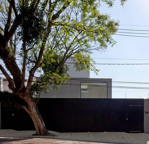 FACHADA 01: Casas modernas por Conrado Ceravolo Arquitetos