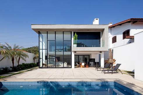 FACHADA POSTERIOR E PISCINA: Casas modernas por Conrado Ceravolo Arquitetos