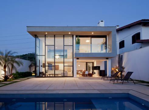 FACHADA POSTERIOR E PISCINA NOTURNA FECHADA: Casas modernas por Conrado Ceravolo Arquitetos