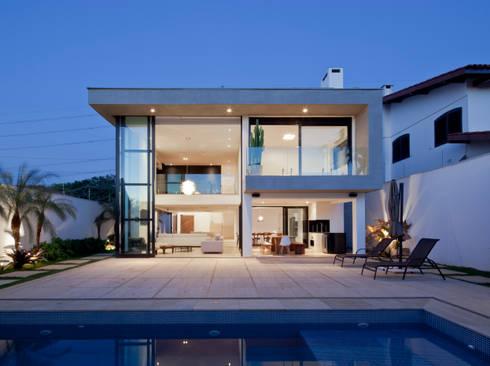 FACHADA POSTERIOR E PISCINA NOTURNA ABERTA: Casas modernas por Conrado Ceravolo Arquitetos