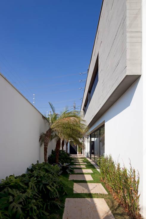 ACESSO LATERAL DA CASA: Casas modernas por Conrado Ceravolo Arquitetos
