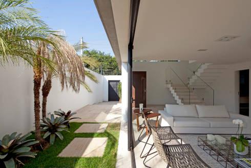 ABERTURA LATERAL DA CASA: Casas modernas por Conrado Ceravolo Arquitetos
